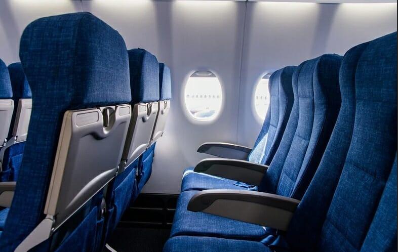 кресла в самолете эконом класс, мало места